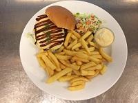 Broodje_cheeseburger_met_friet_en_mayonaise