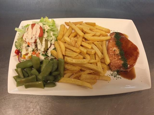 weekschotel Varkensfilet lap met friet, salade en groentegarnituur
