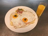 halve-ijtsmijter-ham-en-kaas-met-een-glas-jus-orange